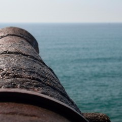 Cannone in Carrer de Fonollar a ridosso della chiesa di Sitges
