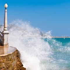 Le onde si infrangono sulla scalinata della chiesa di Sitges