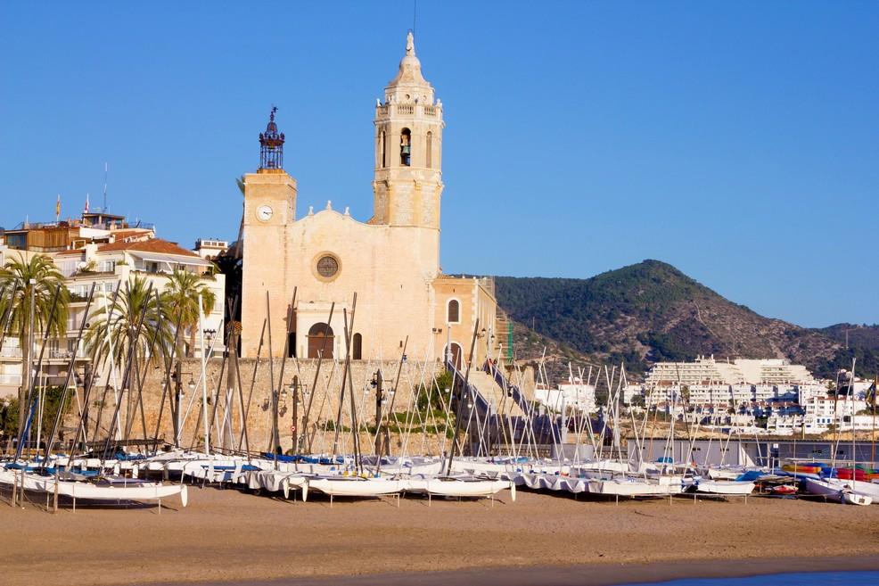 Playa de La Fragata e chiesa Sant Bartomeu e Santa Tecla a Sitges